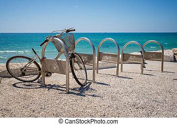 roto, bicicleta, cerca, el, mar