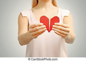 roto, corazón rojo, en, mujer, hands., concepto, de, relación, divorc