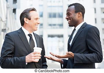 rottura, parlare, around., due, allegro, uomini affari, parlare, e, gesturing, mentre, standing, fuori