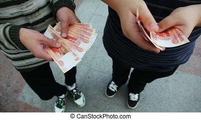 rouble, hommes, deux, russe, appareil photo, mains, devant, croire