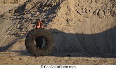 roue, formation, crossfit, carrière, séance entraînement, pousser, sable, girl