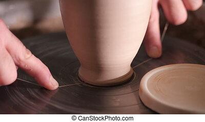 roue, produit, aide, fil, enlève, -, potier, il, ou, potter's, fini, maître, torréfaction, four, argile, prépare, 4k, oven., cruche