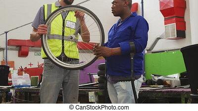 roue, sur, discuter, ouvriers