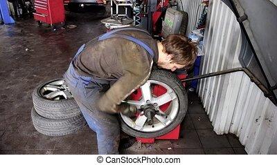 roue, vérification, voiture, machine, équilibrage, mécanicien, automatisé