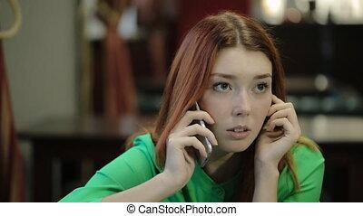 rouge réticulé, femme, prend, dans, main, les, smartphone, et, écouter, pensivement, soupirs, .