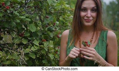 rouges, beau, lent, femme, roux, arbre., mouvement, examine, viburnum, jeune