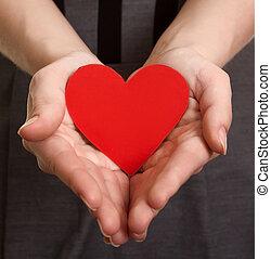 rouges, coeur papier, sur, les, mains