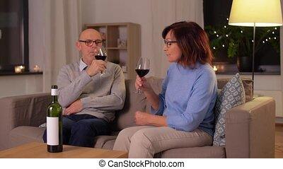 rouges, couple, lunettes, heureux, personne agee, vin