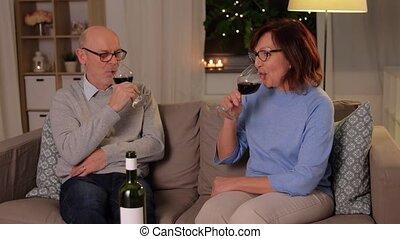 rouges, couples aînés, lunettes vin, heureux