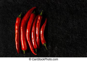 rouges, fond foncé, poivre