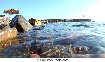 rouges, vous, couvert chaume, sous-marin, voir, sur, rocheux, jetée, côtier, plage, drapeau, vue., vagues, boîte, parapluies, mer, rouleau, rivage
