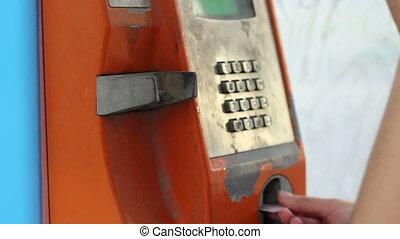 rouillé, cabine téléphonique