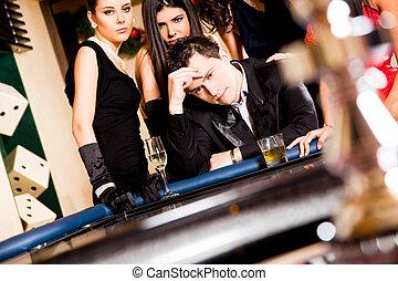 roulette βάζω στο τραπέζι , πίσω , νέοι άνθρωποι