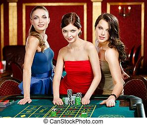 roulette, femmes, pieu, jouer, trois