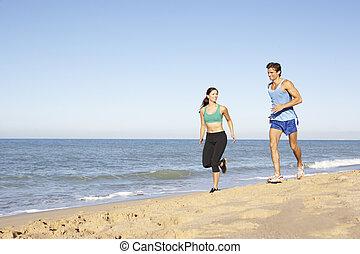 roupa, par, jovem, executando, condicão física, ao longo, praia