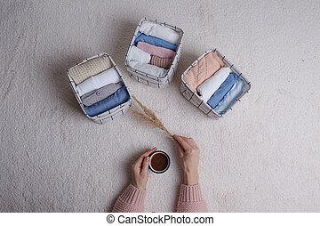 roupas, boxes., lhes, cestas, dobras, escandinavo, minimalism, style., mulher, põe