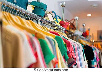 roupas, penduradas, prateleira, variedade