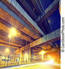 route ville, passage supérieur, soir, à, lumières