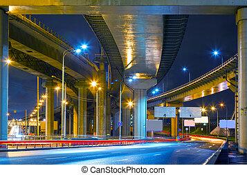 route ville, passage supérieur, soir