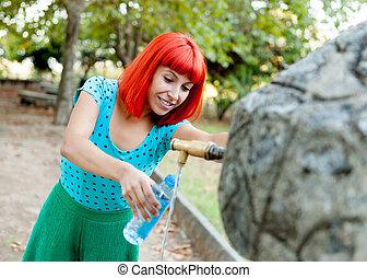 roux, girl, remplissage, a, bouteille eau, dans, a, fontaine