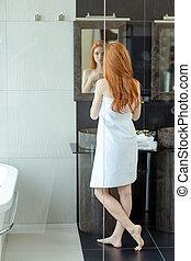 Debout femme exposition nue roux rien caucasien - Nue dans salle de bain ...