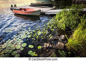 rowboat, a, riva lago, a, crepuscolo