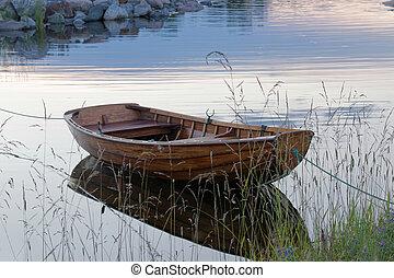 rowboat, in, ruhiges wasser, in, der, hafen