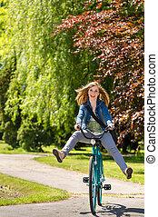 rowerowy park, beztroski, nastolatek, jeżdżenie, wszerz