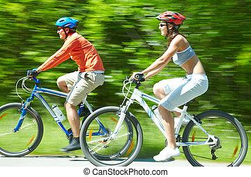rowerzyści, w ruchu