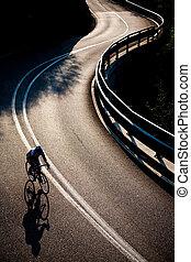 rowerzysta, góra, wzdłuż, droga, jeżdżenie