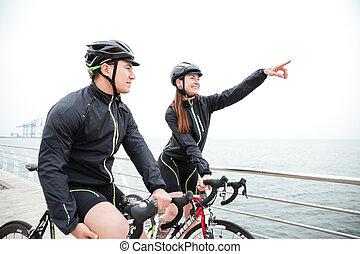 rowerzysta, kobieta, jej, pokaz, palec, boyfreind, coś