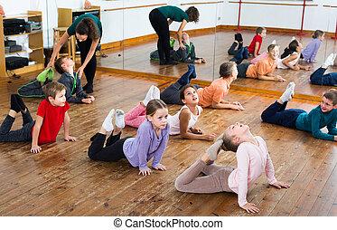 rozciąganie, trener, dzieci