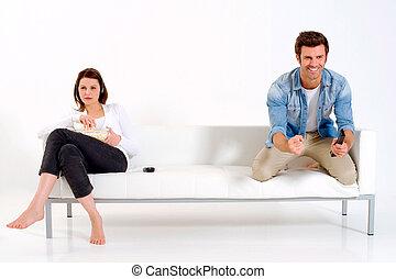 rozdzielony, telewizja, para, leżanka, oglądając