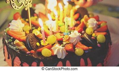 roze, de cake van de chocolade, met, aardbeien, druiven, en, candles.