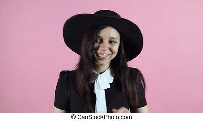 roze, vrouw dansen, jonge, achtergrond., zwart wijfje, hat., jurkje, vrolijke