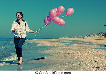 roze, wandelende, vrouw, oud, foto, jonge, stijl, colors., balloons., strand