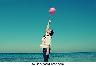 roze, wandelende, vrouw, oud, foto, jonge, stijl, colors., roodharige, balloons., strand