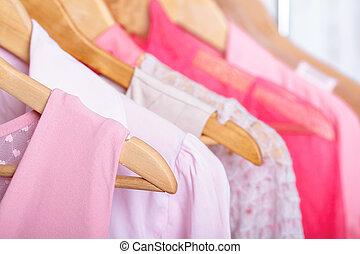 roze, womens, kleren, op, hangers, op, rek, in, mode, store., inbouwkast