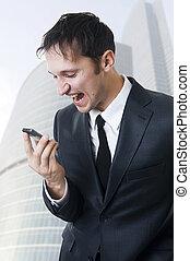 rozhněvaný business voják, shouting, oproti telefonovat