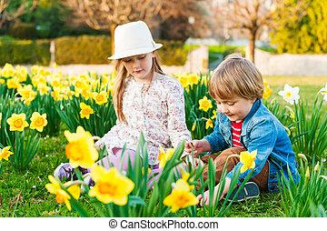 rozkošný, dítě hraní, s, květiny, dále, jeden, hezký, jasný,...
