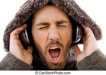 rozkrzyczany, do góry, samiec, słuchający, muzyka, zamknięcie