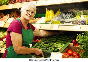 rozmieszczając, półka, warzywa, kobieta, senior