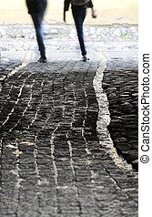 rua estreita, com, molhados, cobblestones