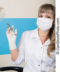 rubio, mujer, dentista, sostener una jeringuilla, en, el suyo, mano, para, inyecciones