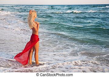 rubio, mujer, en, rojo, falda, en, el, mar, playa