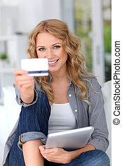 rubio, mujer, hacer, compras en línea, con, tableta de digital
