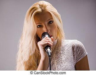 rubio, mujer hermosa, canto, micrófono, joven