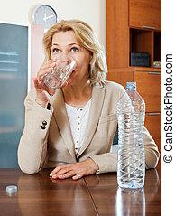 rubio, mujer madura, agua potable