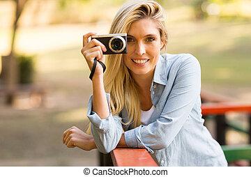 rubio, mujer, tomar las fotos