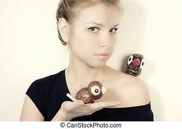 rubio, niña, con, juguetes, aves